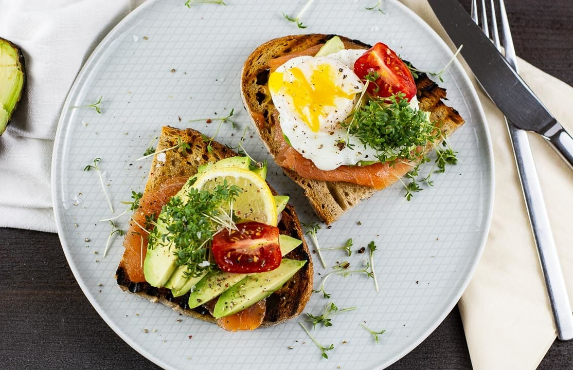 Pochiertes Ei Avocado Räucherlachs Auf Knusprigen Toast Video
