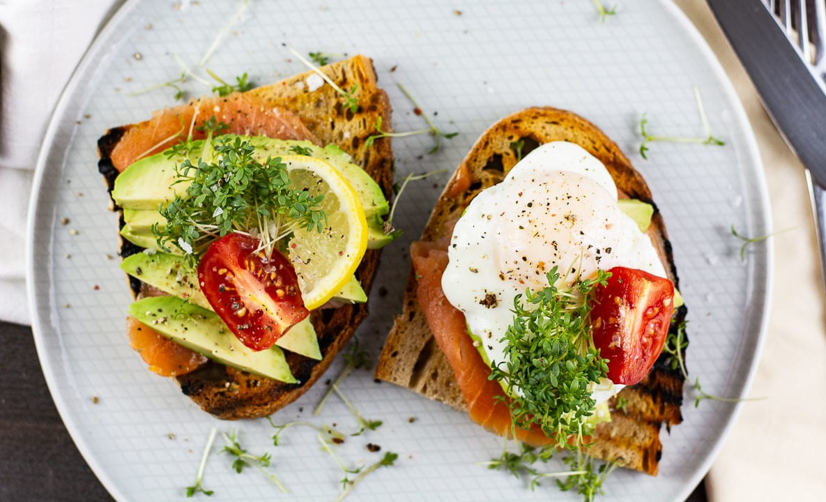 Pochiertes Ei, Avocado & Räucherlachs auf knusprigen Toast (Video)