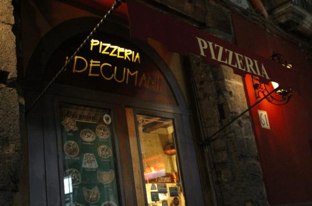 ナポリのピッツェリア:デクマーニ(出典:著者撮影)