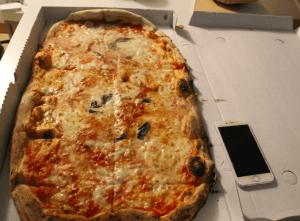 ナポリの巨大マルゲリータのサイズ感(出典:著者撮影)