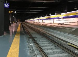 ナポリ中央駅Binario2のプラットホームの様子 (出典:著者撮影)
