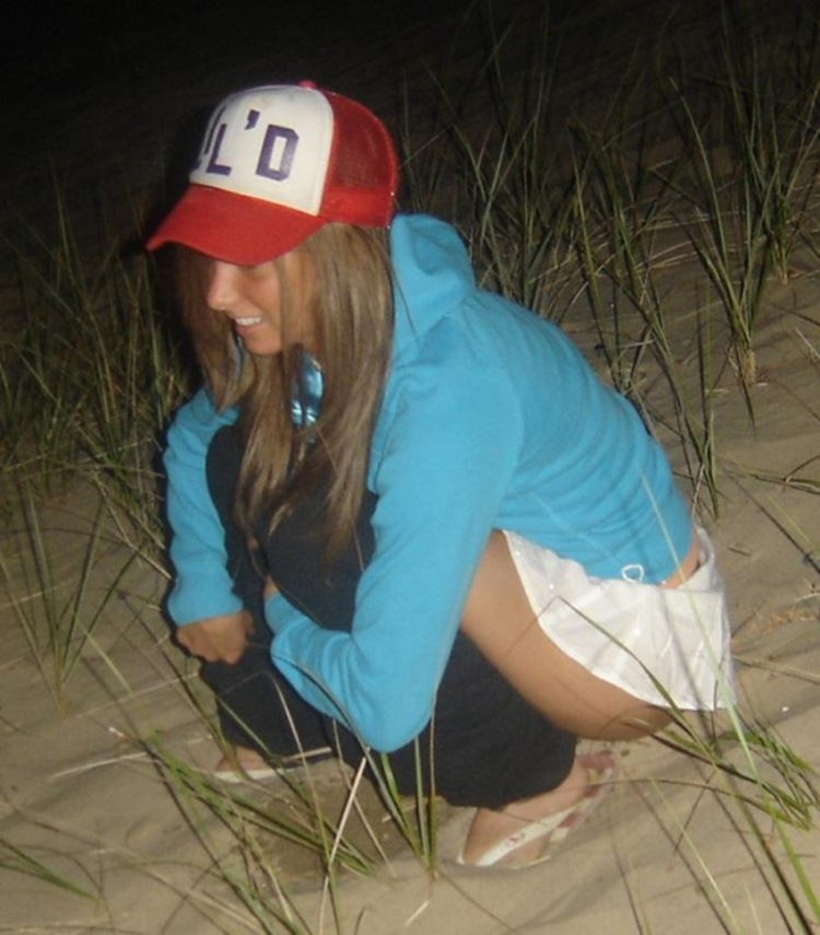 College Girls Need To Pee by Instant (60 Photos)