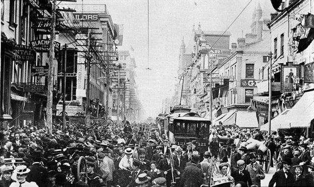 Pretoria Day na Yonge St com a Adeladide St (1901) - City of Toronto Archives