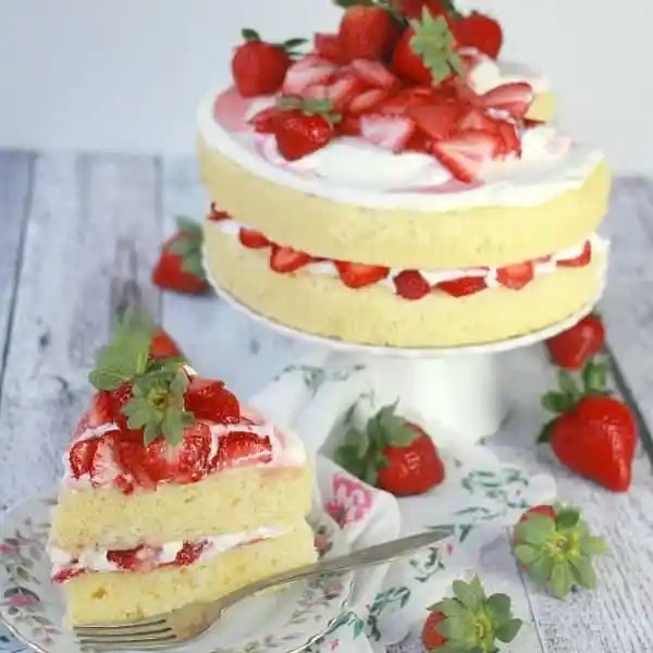 strawberry-cream-cake-feature
