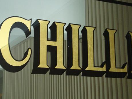 Letras en la puerta de un edificio en Schiller