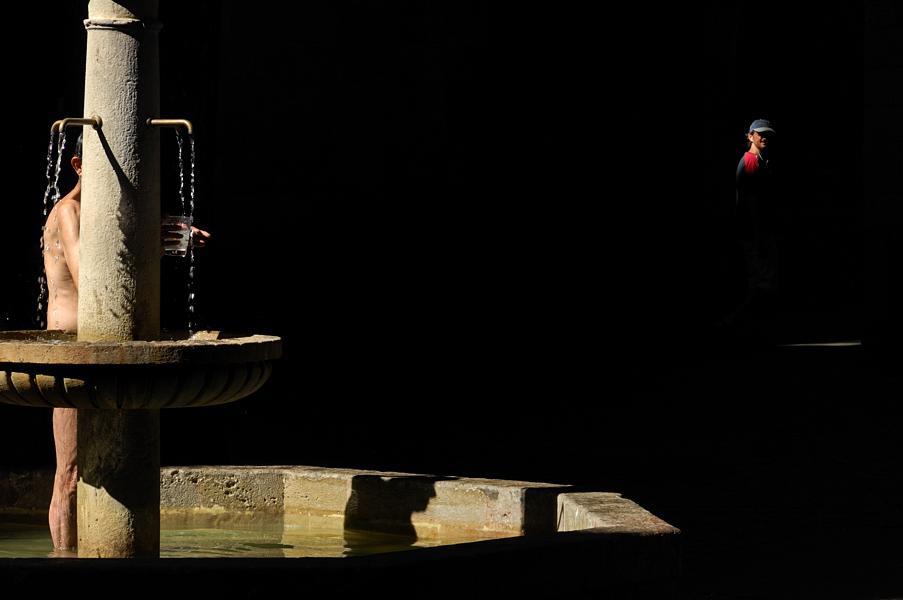 Barcelona-Sant-Felip-Neri-Naked-Fountain-Shower-Photo_Barri Gotico
