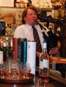 Werner Hoffrichter spielt bei den Tastings auch den Dudelsack