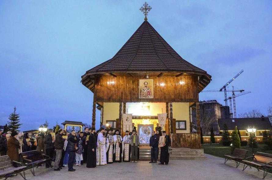 procesiune-la-paraclisul-catedralei-mantuirii-neamului