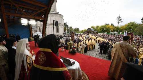 mii-de-bucuresteni-au-participat-la-procesiunea-calea-sfintilor-2016