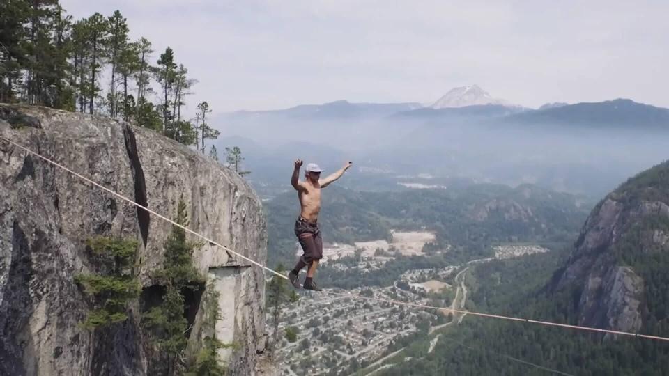 Fall Mountains Hd Wallpaper 13 Daredevil Beats World Record For Walk Between B C