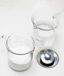 Устранить засор труб тоже поможет сода. Засыпьте в сливное отверстие раковины полстакана соды, затем залейте полстакана уксуса. Сверху закройте отверстие влажной тканью и подождите 5 минут. Затем пустите горячую воду.