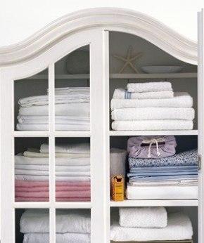 Соду можно использовать в качестве освежителя для белья. Поставьте открытую коробку в шкаф, где хранятся простыни и полотенца и избавитесь от запаха затхлости.