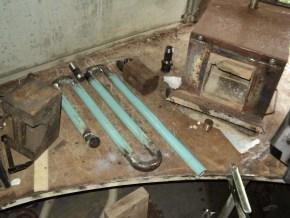 Для более эффективной работы горна решил добавить в конструкцию рекуператор. Длинный конец вход холодного воздуха, короткий - выход горячего (подогретого) воздуха на горелку.