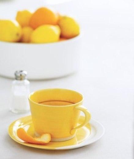 Кожица цитрусовых с небольшим количеством соли прекрасно ототрёт пятна на кофейных чашках.
