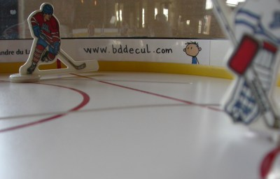 Publicité sur la table de hockey de Revolver 3
