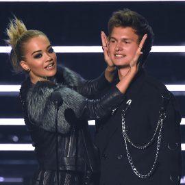 Rita Ora, a la izquierda, y Ansel Elgort presentan una actuaci—n de Nick Jonas en la ceremonia de los Premios MTV a los Videos Musicales, el domingo 28 de agosto del 2016 en el Madison Square Garden de Nueva York. (Foto por Charles Sykes/Invision/AP)