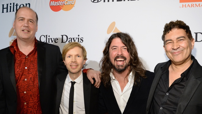 BECK AND SURVIVING MEMBERS OF NIRVANA PAY TRIBUTE TO BOWIE