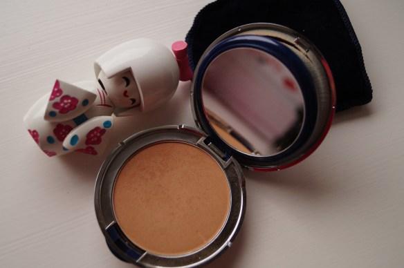 Öppnar nästa lager och hej lyxpuder i färgen Soleil Beige