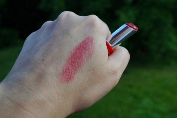 Swatchad Rose Passion på handen, mjuk och skön.