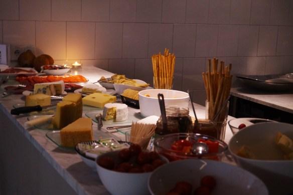 Kex, ostar, bär och meloner med bubbel till satt fint till kvällen.