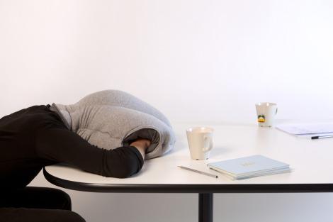 Ostrich pillow un oreiller pour dormir n 39 importe o for Micro sieste