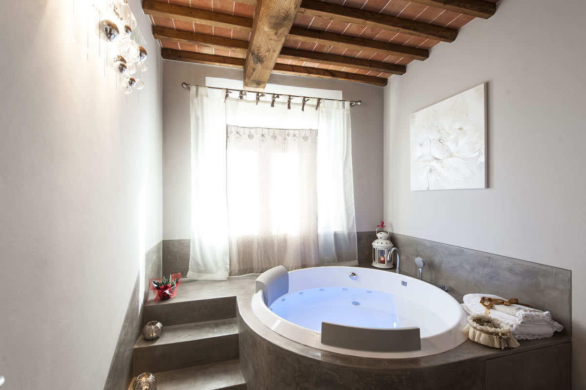 Week End Romantico Vasca Idromassaggio In Camera Camere Dell Amore Agriturismo Toscana Bed And Breakfast Bb Siena