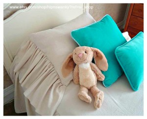 Brandy linen bed with ruffle pillow and bunny wb