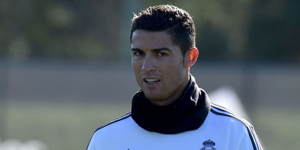 Real Madrid's forward Cristiano Ronaldo takes a break during a team training session during the International Champions Cup tournament in Melbourne on July 20, 2015. AFP PHOTO / Paul CROCK -- IMAGE RESTRICTED TO EDITORIAL USE - STRICTLY NO COMMERCIAL USE