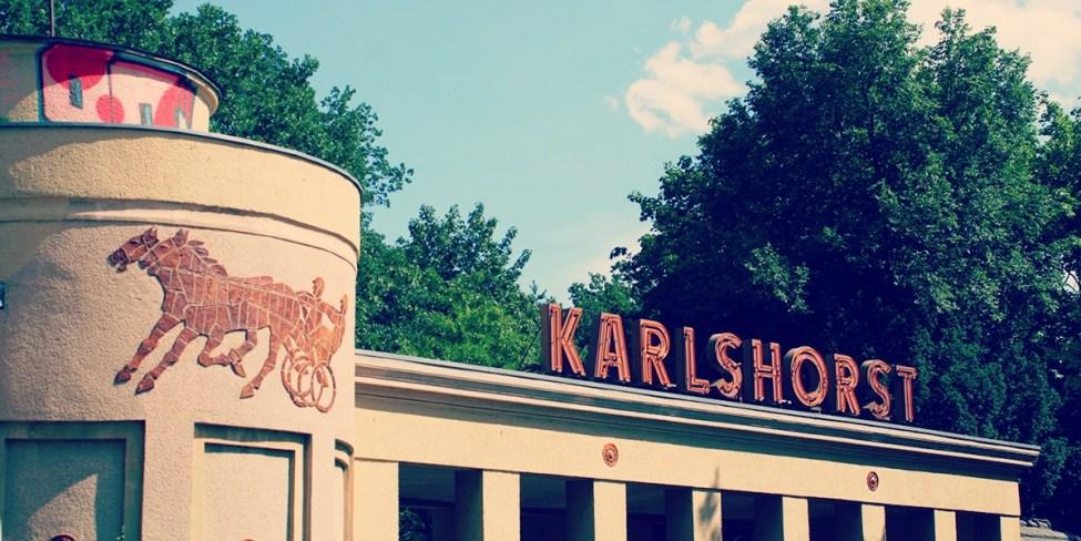 Karlshorst zalditegiaren sarrerako ate ederra.