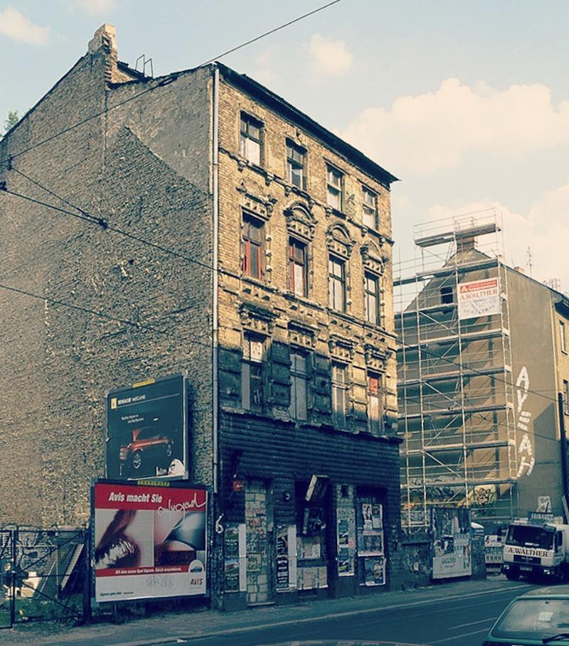Eimer gune okupa, 2003an eraitsi baino aste batzuk lehenago. Easyhotel hotela dago egun kantoi horretan, Rosenthaler Platz alboan. Bekaem (CC BY).
