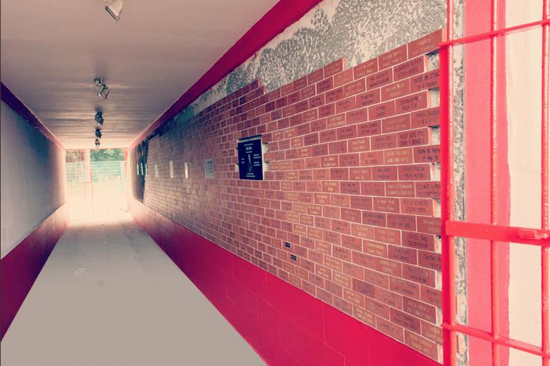 Harmailetara pasatzeko tunel honetan estadio eraiki zuten zaleen izenak ageri dira. Union Berlin.