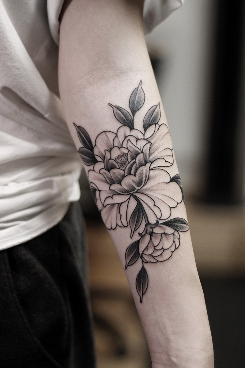 Blumen Tattoo Schwarz Weiß Tattoo Artist Camilo Black Work Tattoos Japanische New Traditional