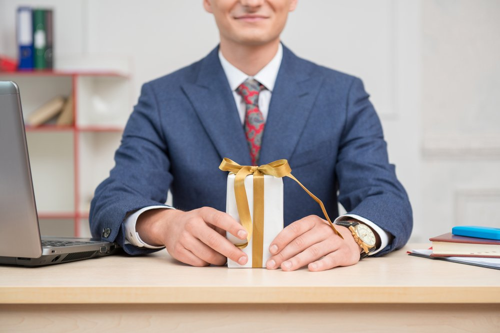 5 Holiday Gift Giving Rules of Etiquette for Professionals - Be
