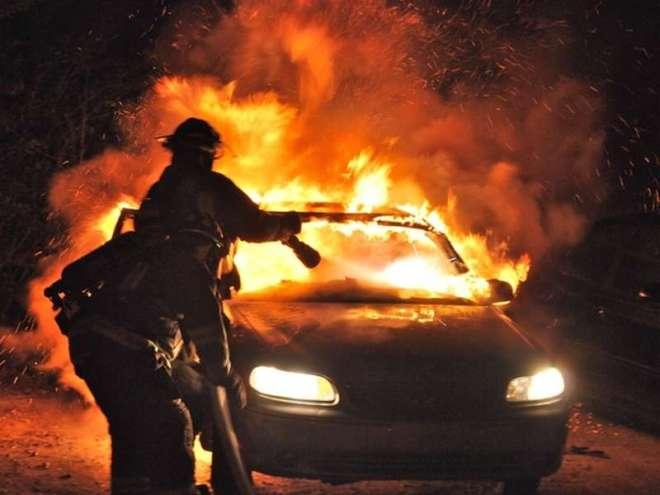 auto in fiamme incendio-2