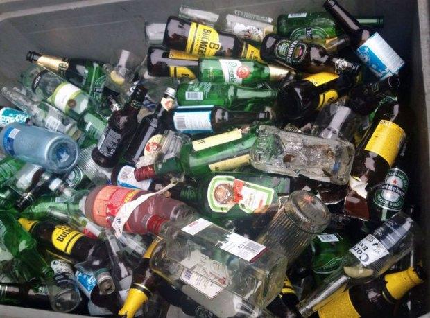 Leere Schnaps- und Bierflaschen vor dem Blå Club in Oslos Grünerløkka