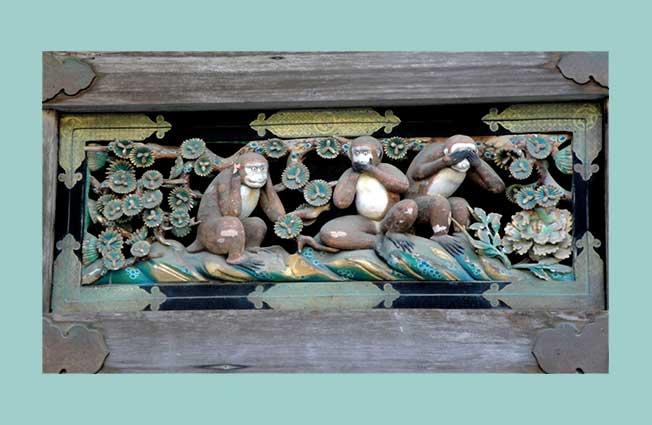 Geschnitzte Holzaffen am Pferdestall von Nikko (bei Tokio) Einer hält sich die Ohren, der zweite den Mund, der dritte Affe die Augen zu.