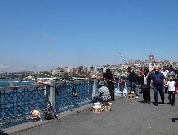 Angler auf der Galatabrücke in Istanbul