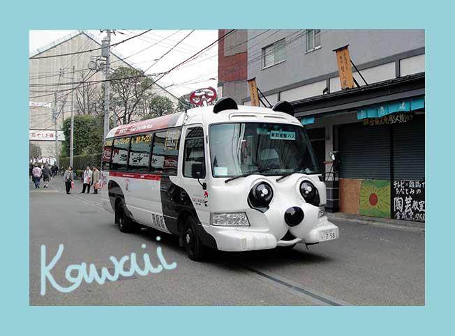 Bus mit niedlichem Tiergesicht fährt durch Tokio