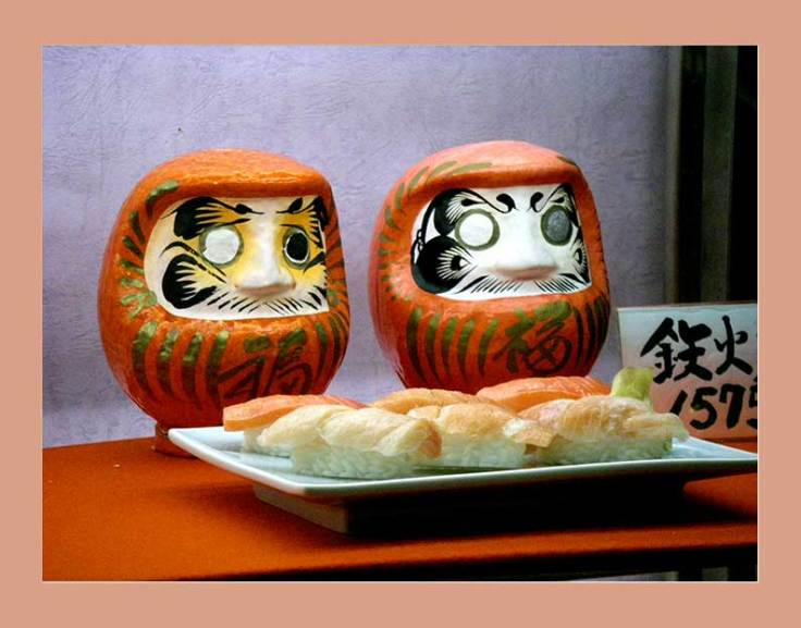 arumafiguren vor Sushi in Schaufenster in Tokio
