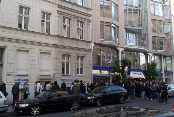 Schlange vor dem Frank-Turner-Gig am Ramones Museum