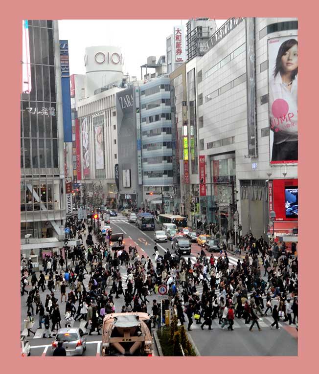 Shibuya-Kreuzung in Tokio mit vielen Menschen, die die Straße überqueren von oben fotografiert