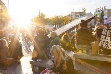 Spielbudenplatz Reeperbahn Festival 2015 viele junge Leute sitzen in der Abendsonacne