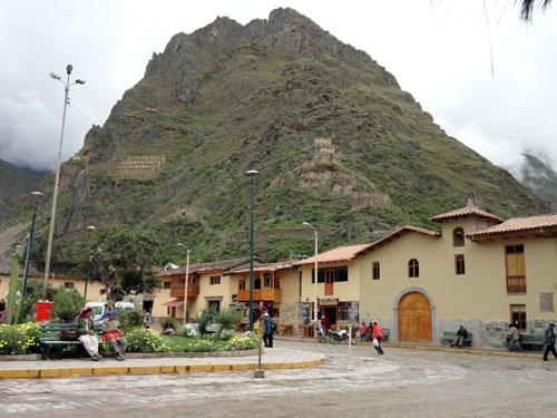 Plaza de Armas em Ollantaytambo, um vilarejo que preserva o desenho urbano e os muros feitos pelos incas. foto:Z.Santos
