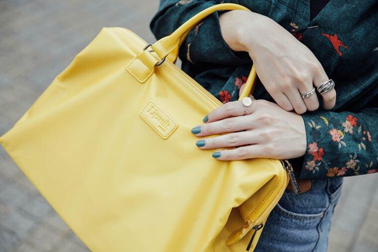 黃色包包與綠色指甲油