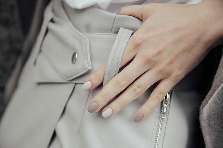 藕色與淺灰指甲油