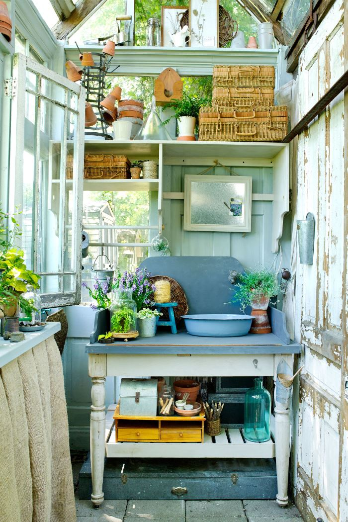 Pflanztisch Aus Paletten Bauen Build A Greenhouse Or Potting Garden Shed From Old Windows