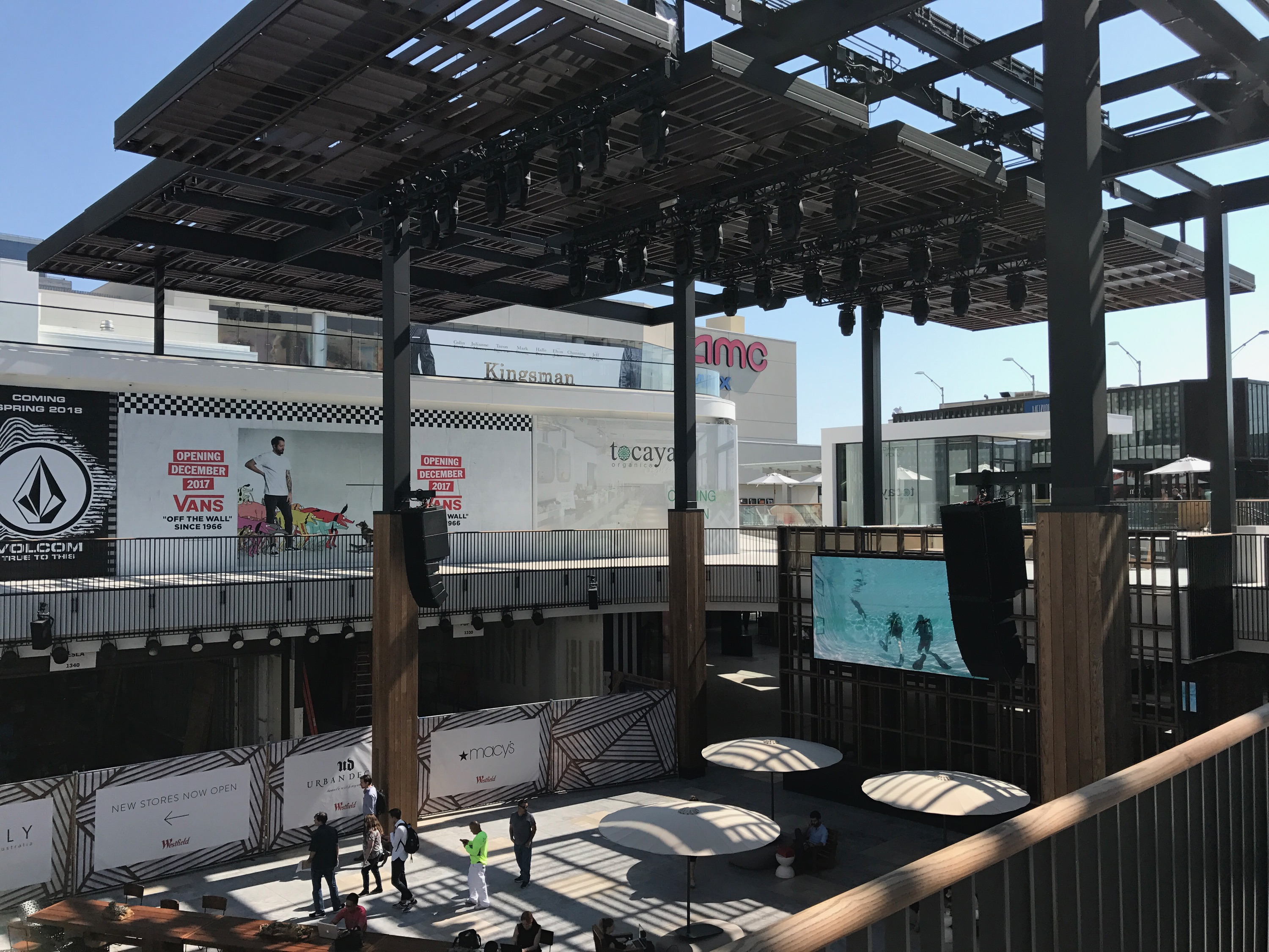 The biggest addition is the courtyard in the center of the mall. It includes a giant LED screen, a professional lighting setup, and tables for lounging.