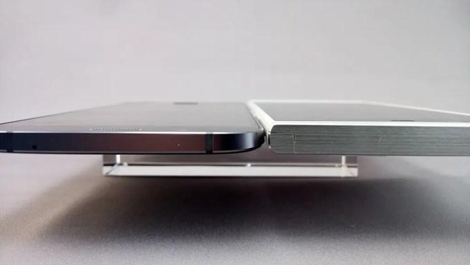 左:Galaxy A8のほうがさらに薄くてエレガント、右:Arrows NX F-02H