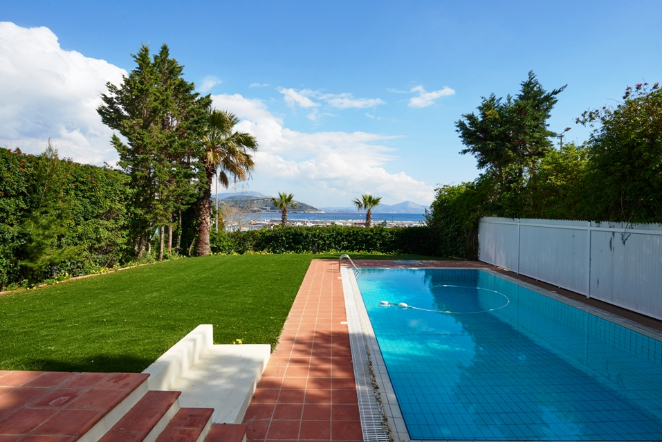 Villa with pool in Varkiza near Athens