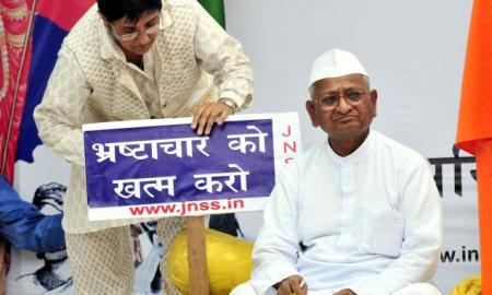 Anna Hazare during his fast-unto-death at the Jantar Mantar in New Delhi. Beside him is former IPS officer Kiran Bedi. (Photo: The Hindu)